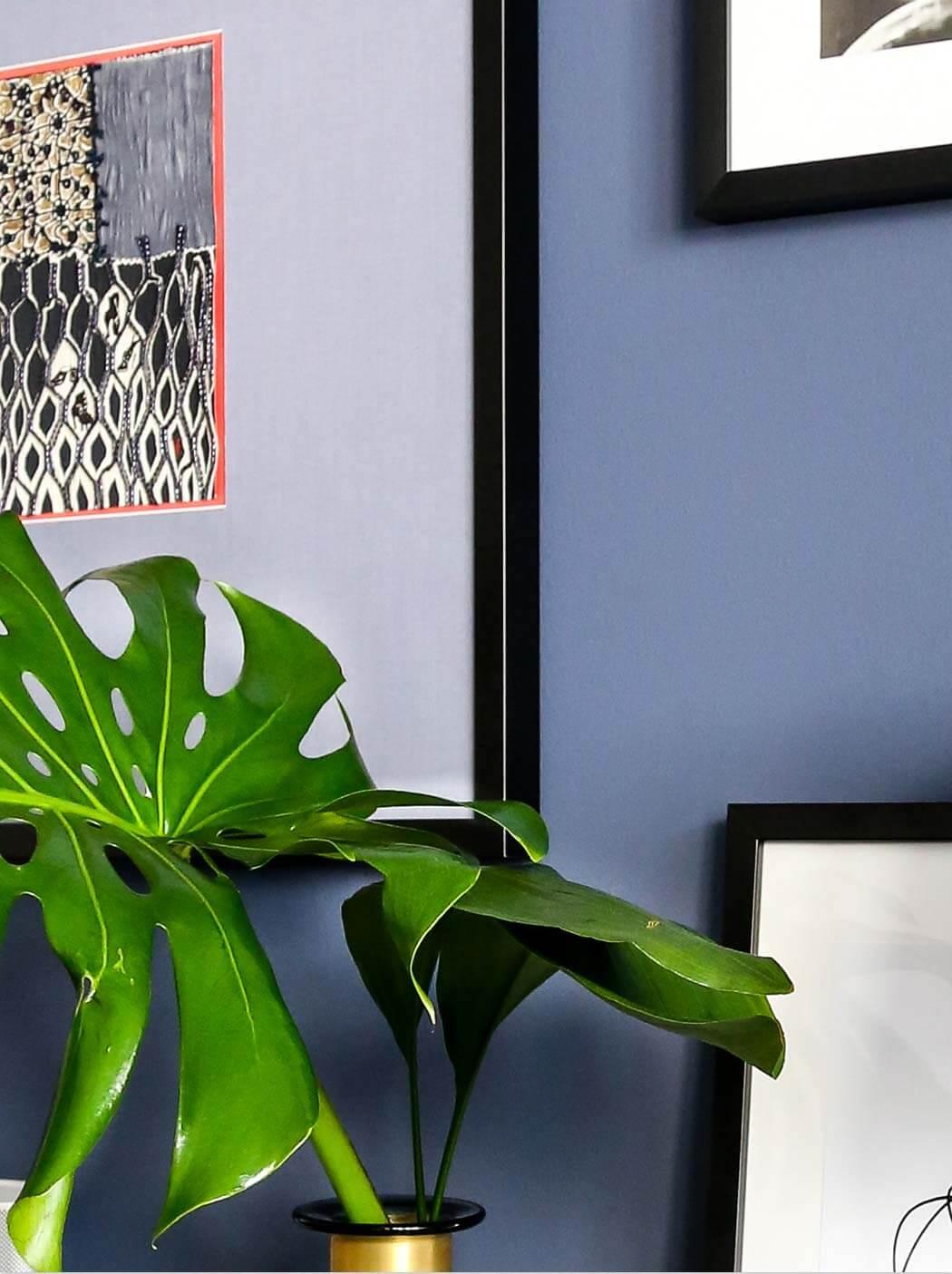 Dunkelblaue Wandfarbe für's Wohnzimmer