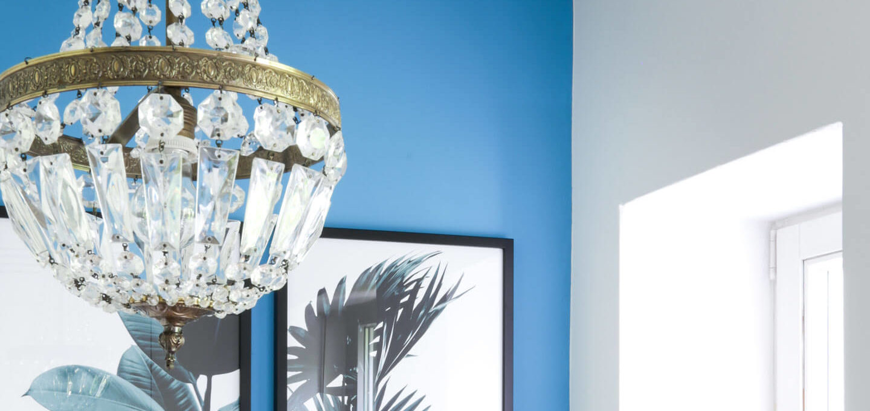 Die Wandfarbe Türkis, ein Vintage Kristallleuchter und ganz viel ...