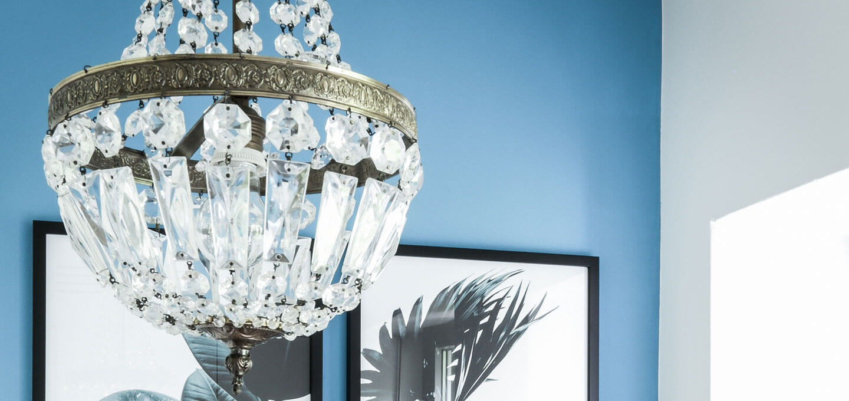 Die Wandfarbe Türkis, ein Vintage Kristallleuchter und ganz viel Intuition.