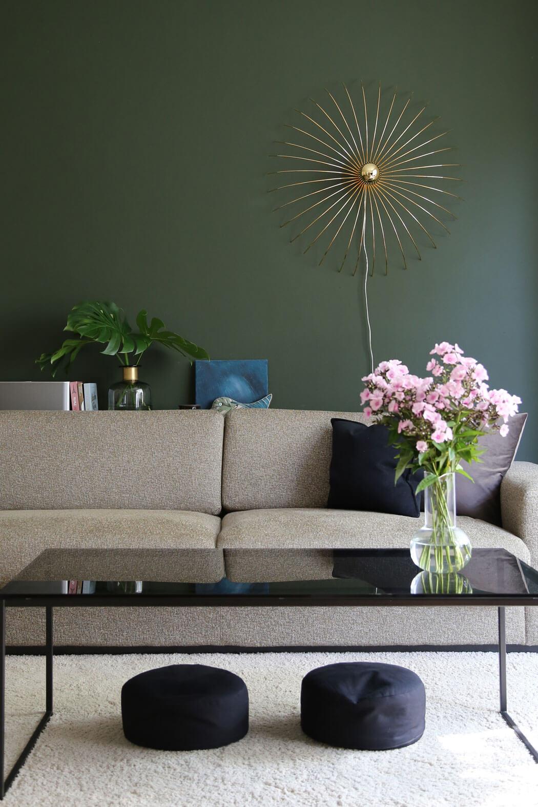 Grüne Wandfarbe für's Wohnzimmer mit Messing & Schwarz